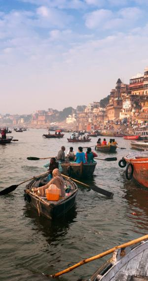 Boten in de Ganges in Varanasi