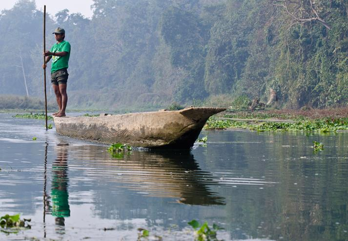 Local op een boot in Chitwan