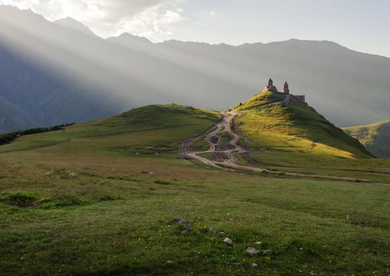 De Gergety Trinity Church in Kazbegi National Park, Georgië