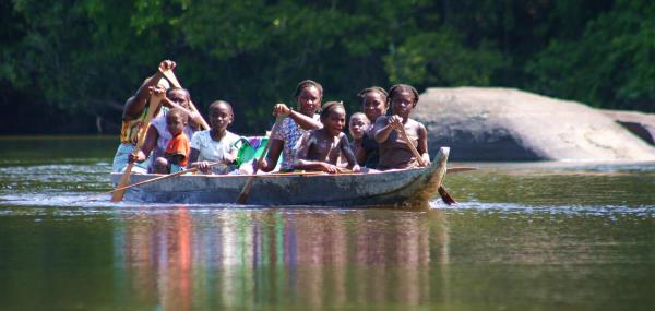 Surinaamse locals in een boot
