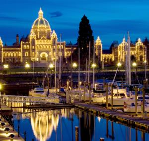 Parlementsgebouw British Columbia en haven bij nacht in Victoria
