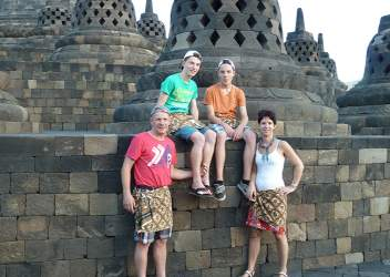 Familie op de Borobudur in Indonesië